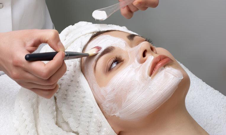 Kosmetische Gesichtsbehandlung im Rahmen des Praxisunterrichts in der Ausbildung zur Kosmetikerin